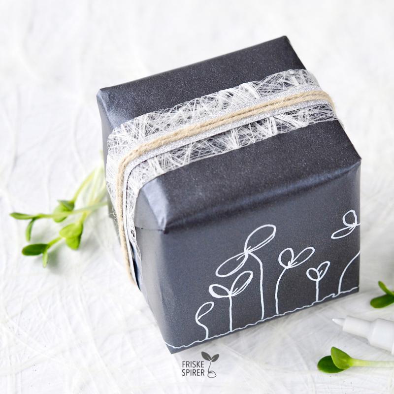 Gaveindpakning med tegnede spirer FRISKE SPIRER