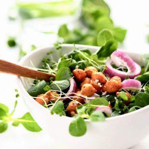Salat med stegte kikaertespirer FRISKE SPIRER